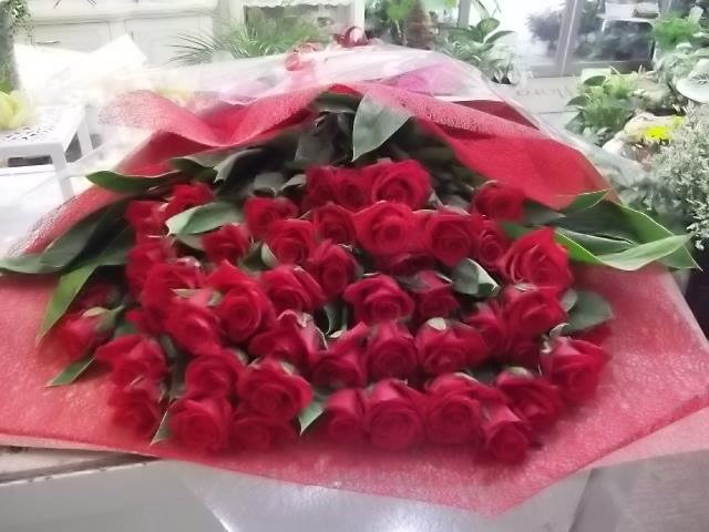 結婚式の2次会で新郎が新婦にサプライズでわたす赤いバラの花束02