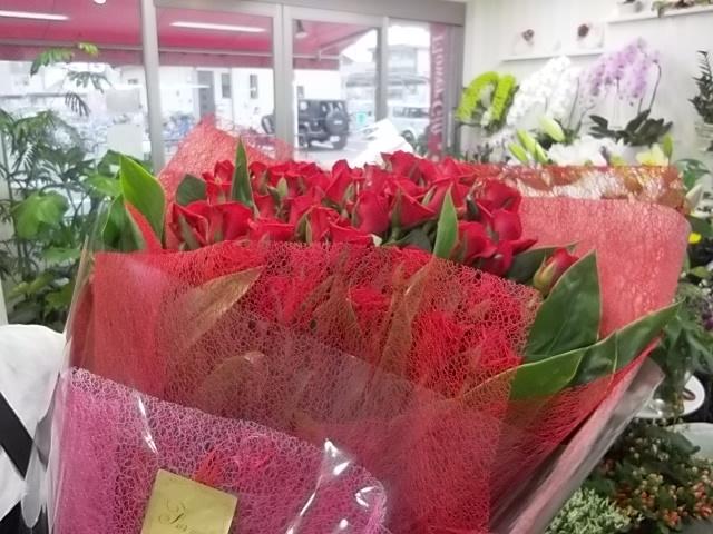 結婚式の2次会で新郎が新婦にサプライズでわたす赤いバラの花束01